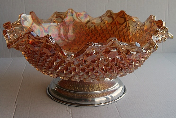 Chunky ruffled bowl with metal stand